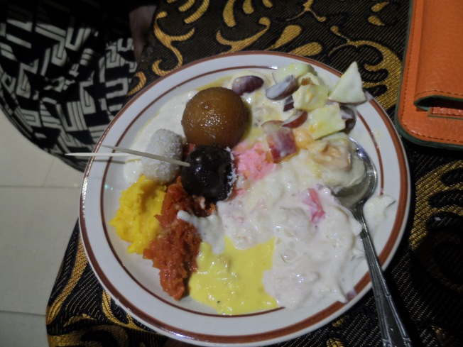 This was Skinny's dessert plate. She got Hipilicious to serve her everything. And she remains so skinny! So unfair!