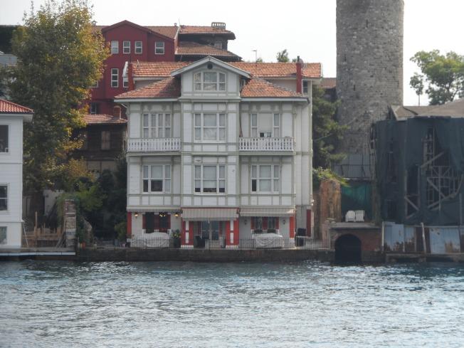 Some random house by the ocean. Imagine living here!